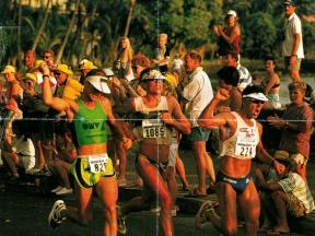 Fitz Großauer (im grünen Top) beim Zieleinlauf in Kona Hawaii. Titelbild der Zeitschrift Triathlet. Distanzen: 3,8km Swim / 180km Bike / 42 km Run.