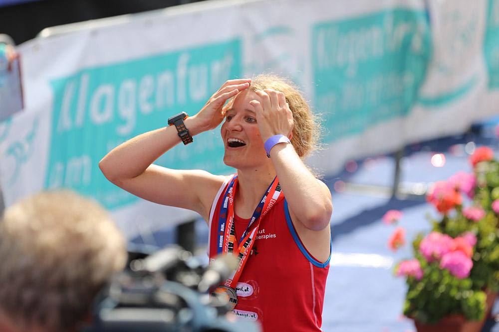 Simone Helfenschneider-Ofner, Zieleinlauf beim Austria Ironman 2013. Herzlichen dank an Frau Mag. Elisabeth PEUTZ für das tolle Bild.