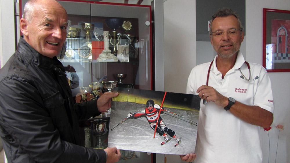 Dr. Willi Kaiser und Franz Helfenschneider präsentieren ein Foto mit Willi Kaiser.