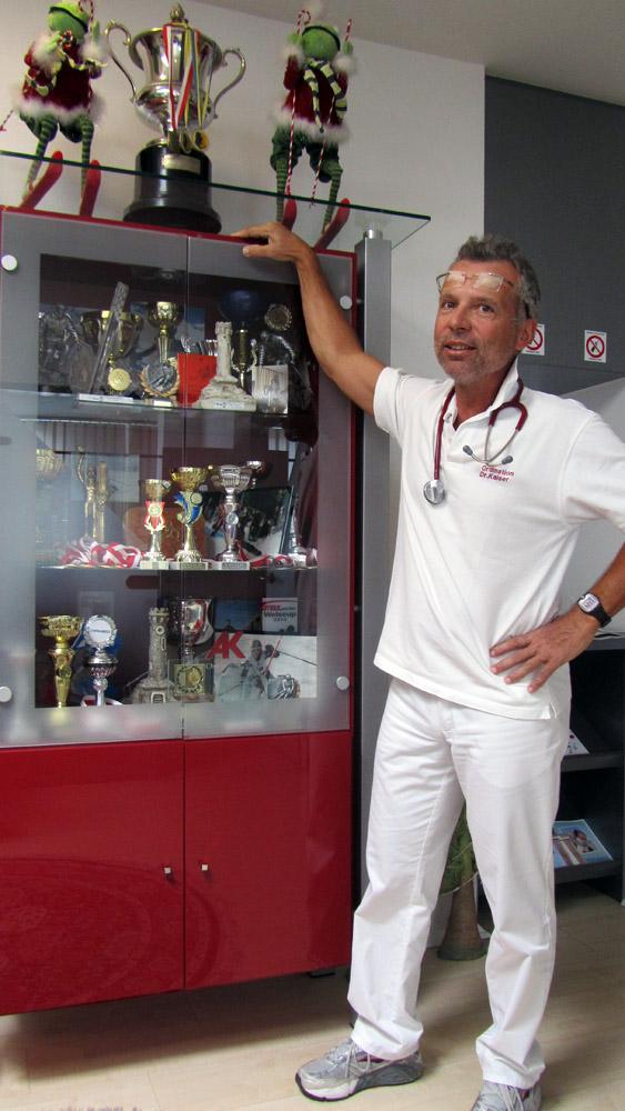 Dr. Willi Kaiser bei seinen Pokalen